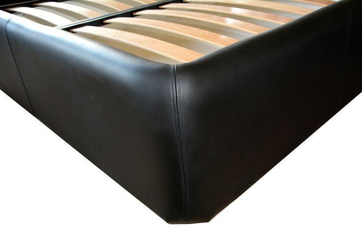 Detaliu cusatura pat tapitat piele naturala bovina Neagra