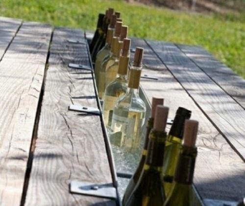Skön idé till altanen – en liggande inbyggd stupränna som fungerar som vinkylare :)