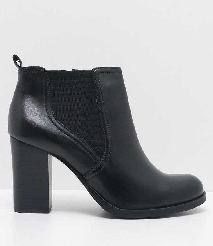 Bota feminina Material: couro Modelo: chelsea Marca: Satinato Com cano médio COLEÇÃO INVERNO 2017 Veja outras opções de botas femininas. Sobre a marca Satinato A Satinato possui uma coleção de sapatos, bolsas e acessórios cheios de tendências de moda. 90% dos seus produtos são em couro. A principal característica dos Sapatos Santinato são o conforto, moda e qualidade! Com diferentes opções e estilos de sapatos, bolsas e acessórios. A Satinat....