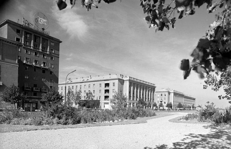 Vasmű út a Kossuth Lajos utcai kereszteződéstől a Dózsa György út felé nézve, a Ságvári tér bejáratának túloldalán az Arany Csillag Szálloda.