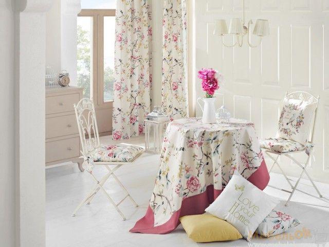 Скатерть с кантом, шторы и подушки для стульчиков с красивым цветочным принтом