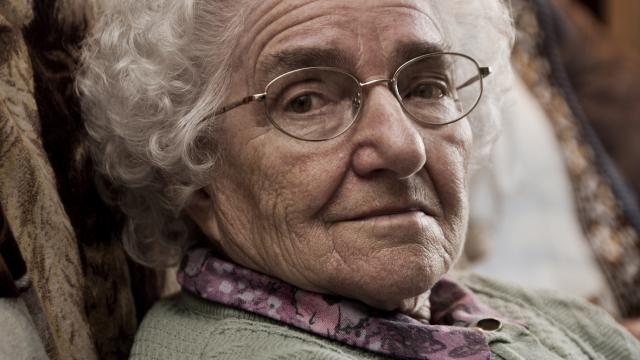 Deze vrouw is oud en ziet er lief uit. Oscar denkt dat Mamie-Rose ouder is dan honderd jaar.