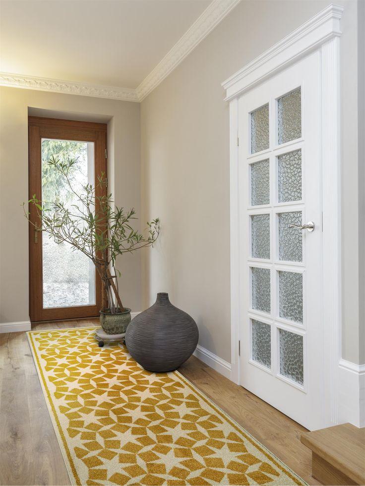 Der schöne & pflegeleichte Teppich-Läufer Anis von benuta bringt mit seinem modernen grafischen Muster frischen Wind in den Flur und das Treppenhaus.