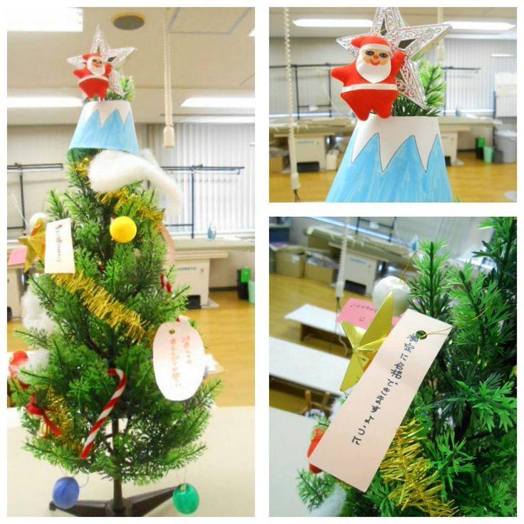 今年のテーマは『サンタの富士登山』。ツリーにお願い事を飾るのが伝統です❗  #東亜和裁 #toawasai #クリスマス #クリスマスツリー #お願い #サンタ #静岡 #富士山