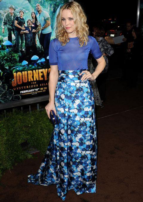 De 10 este primaveral look dePeter Som con vestido con cuerpo en azul eléctrico semitransparente y falda de flores.