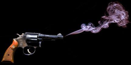 Gun Smoke Red van Charles Knowles 2.0 Generic (CC BY 2.0)
