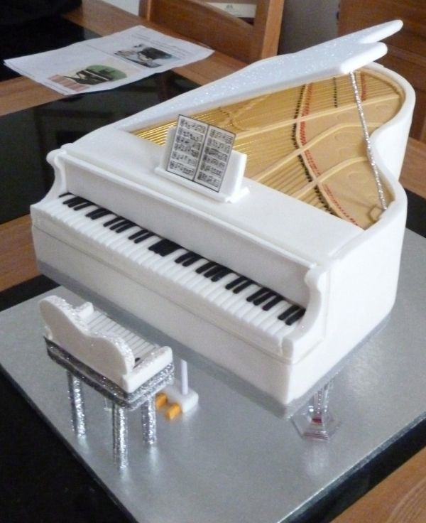 grand piano cake... AWESOME. I know what I want my cake to look like for my 18th birthday!!!