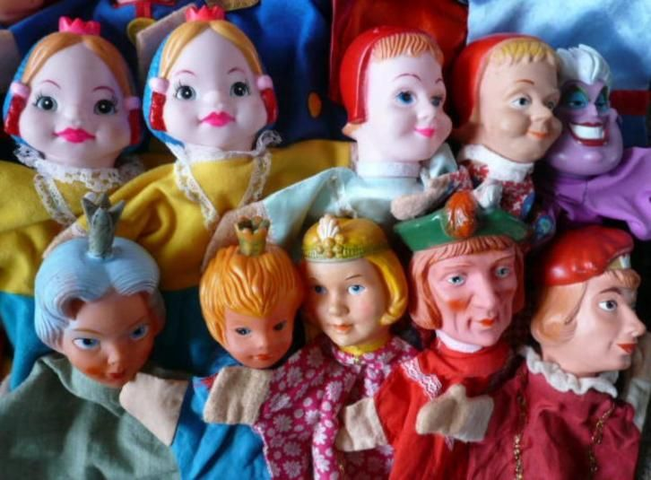 Diverse Prinsessen en 2 Prinsen poppenkastpoppen op marktplaats. Eén van de Prinsessen linksboven en de Prins met de groene baret (??) rechtsonder heb ik aangeschaft.