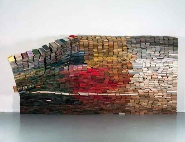 Una instalación de la artista holandesa Anouk Kruithof  llamada Giant Wall Book hecha con más de 3500 de tapa dura, coloridos y apilados en un equilibrio rectangular.    Una estructura minimalista alrededor del reciclaje, el uso de libros como simples ladrillos.