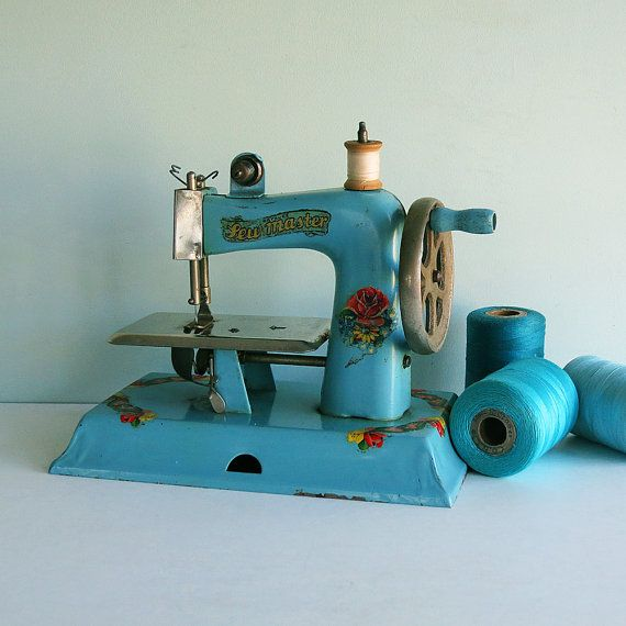 petite machine à coudre * tparty-I have to have one of these for my collection
