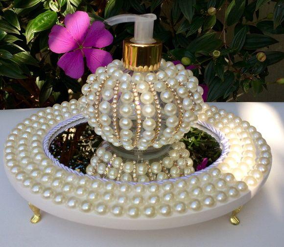 Bandeja oval com pérolas e fundo espelhado.    Acompanha vidro 250 ml decorado…