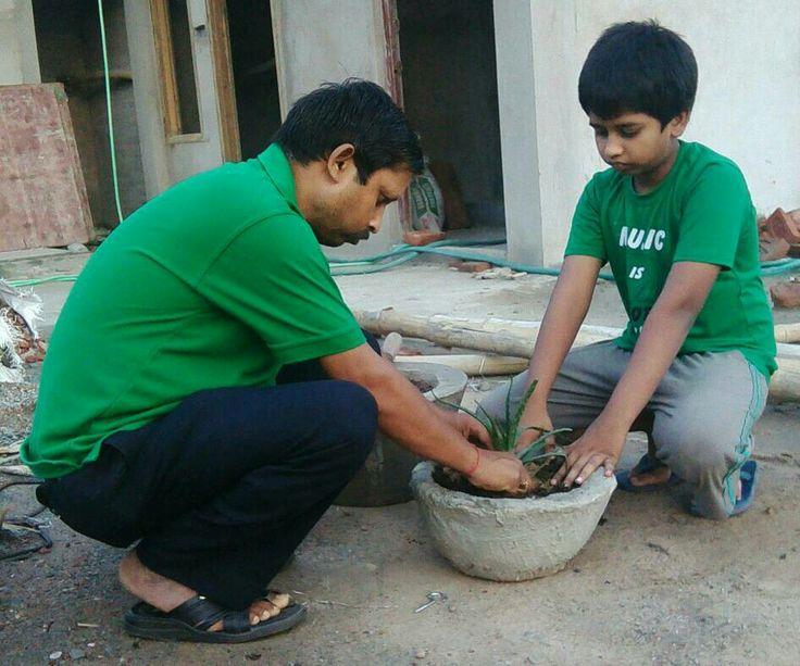 07 जून 2017 को 708 वें दिन लगातार पौध रोपण के क्रम में खेल क्रान्ति अभियान/पर्यावरण शुद्धिकरण अभियान के संस्थापक / सचिव-अनिल कुमार सिंह(ग्रीन गुरु जी) प्रवक्ता, शान्ति निकेतन इण्टर कॉलेज ,पचोखरा, मिर्ज़ापुर द्वारा 1 जुलाई 2015  से लगातार  किए जा रहे पौध रोपण के 708 वें दिन के क्रम में जे .पी. पुरम ,कॉलोनी, में अपने आवासीय परिसर के गमले में डी .एम. साहब के आवास से लाया हुआ, भिन्न प्रजाति की एलोवेरा के पौध का रोपण अभिनव सिंह के साथ किया । लगातार प्रति दिन पौध रोपण, हरा भरा रहे धरा,हरियाली बनी…