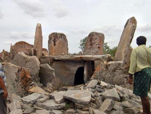 Encuentran un monumento funerario megalítico en India