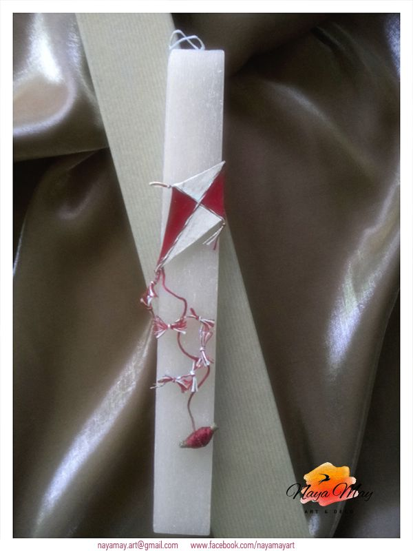 """'' Χαρταετός Κόκκινος ''  Αρωματικό κερί, χειροποίητος """"χαρταετός"""" από πηλό, βαμβακερά νήματα, κρυσταλλάκια, κλαδάκι από θυμάρι (φυσικό υλικό), ακρυλικά χρώματα και πάστες. Συνοδεύεται με κουτί με υφασμάτινη επένδυση."""