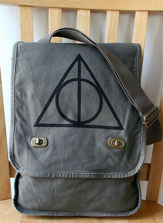 Bolsa de lienzo de las reliquias de la muerte, $25 | 56 Accesorios de Harry Potter que son totalmente usables