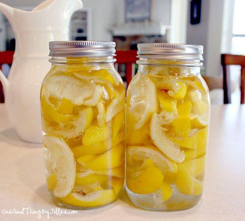 NETTOYAGE : Tout nettoyer avec du vinaigre c'est sympa, mais ça sent... le vinaigre ! Il suffit de récupérer des peaux de citrons qu'on a pressés, de les mettre dans des pots et de remplir de vinaigre ! On laisse mariner 2 semaines et le vinaigre sentira meilleur et sera encore + efficace !