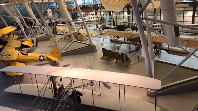 Yuk kita liat hanggar berisi koleksi pesawat mulai dari tahun 1920an hingga pesawat ulang alik Discovery di museum aviasi dan ruang angkasa di negara bagian Virginia.