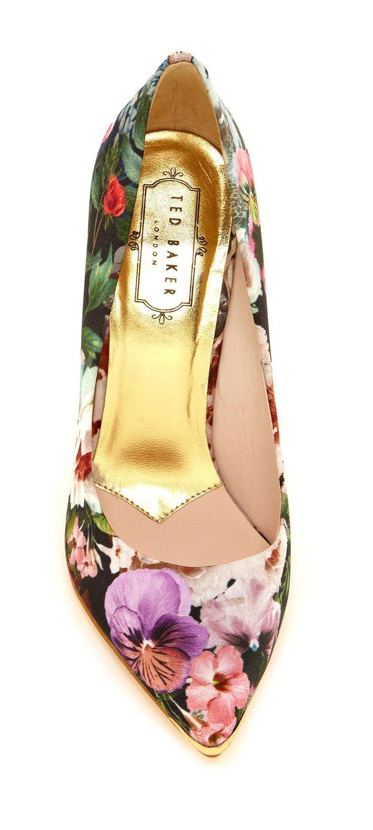 Zapatos florales de Ted Baker, perfectos para añadirle un toque de color a tu ajuar nupcial.