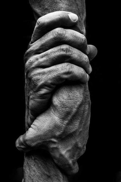 """Isaías 41:8-13. Tratemos de vernos en la escena que Jehová describe en estos versículos. No dice que Jehová vaya caminando de la mano con nosotros, aunque esta sería una idea animadora. Si ese fuera el caso, la mano derecha de Jehová tomaría nuestra mano izquierda. Pero no es así. Jehová, con su """"diestra [o mano derecha] de justicia"""", tiene agarrada nuestra mano derecha, como si nos estuviera sacando de una situación difícil. wol.jw.org"""