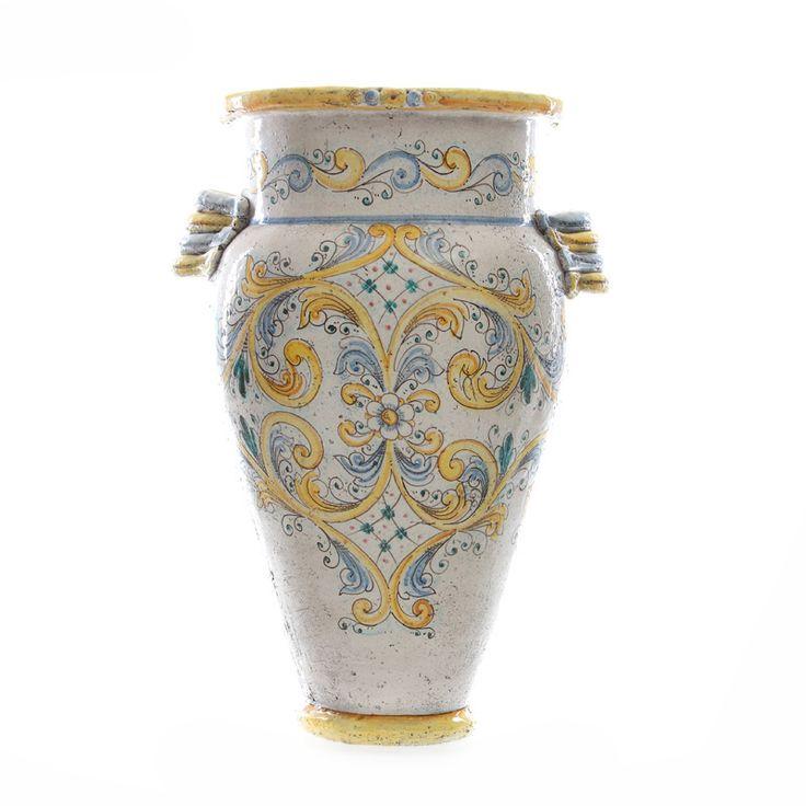 Caratteristica  Giara Siciliana in Ceramica, si distingue per le seguenti caratteristiche:  Decoro Gialo Antico. Applicazione di manici curvati Grande bocca. Anticata a mano con sfumature scure. Dim.cm 45 x h.75.
