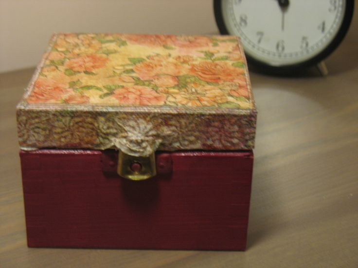 Drewniane pudełko wykonane techniką decoupage oraz farbami akrylowymi w kolorze ciemnego różu. Wymiary: 10x10x10cm.