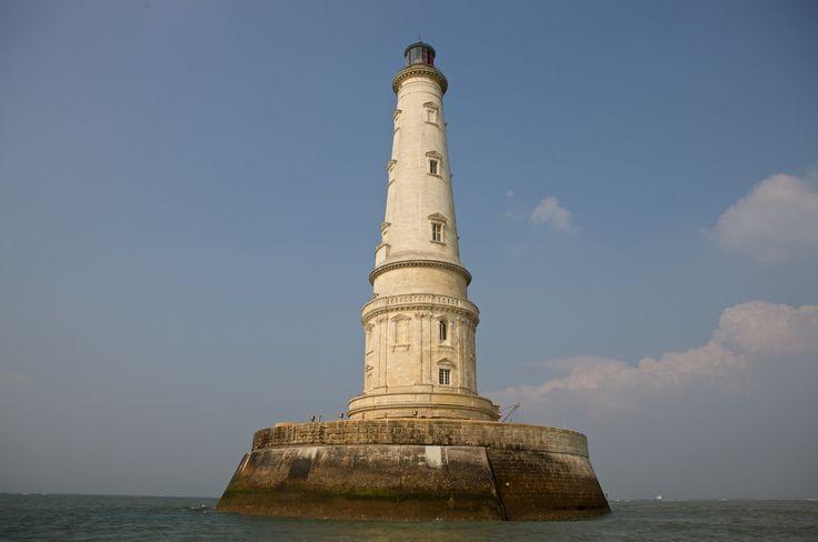 Le phare de CORDOUAN a ete construit de 1584 à 1611, il est le plus ancien phare de France encore en activité. Appelé parfois le « Versailles de la mer », le « phare des rois » ou encore le « roi des phares », il est le premier phare francais classé au titre des monuments historiques par la liste de 1862............SOURCE BING IMAGES........