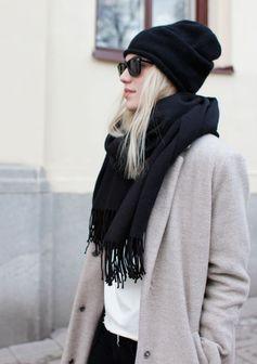 ニット帽とマフラーの黒