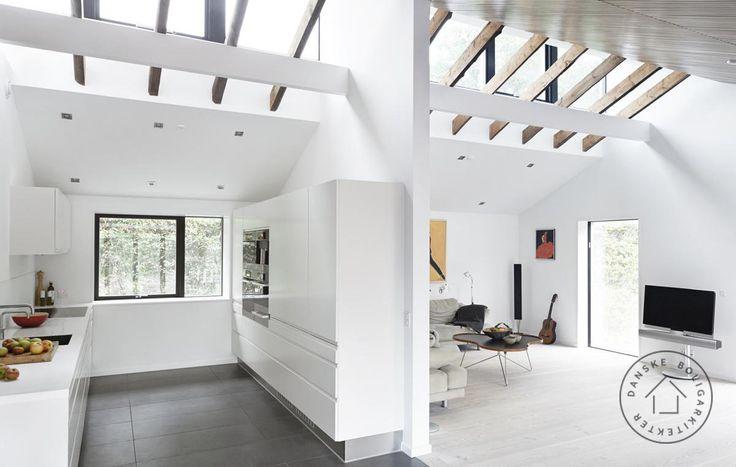 Lys til 1960'er huset. En gennemgribende ombygning har forvandlet det lavloftede og nedlidte parcelhus til en moderne og arkitektonisk spændende lavenergibolig. Taget er løftet og et nyt, gennemgående ovenlysvindue sender masser af dagslys ned i stuerne. Arkitekt Anette Meldgaard/Danske BoligArkitekter