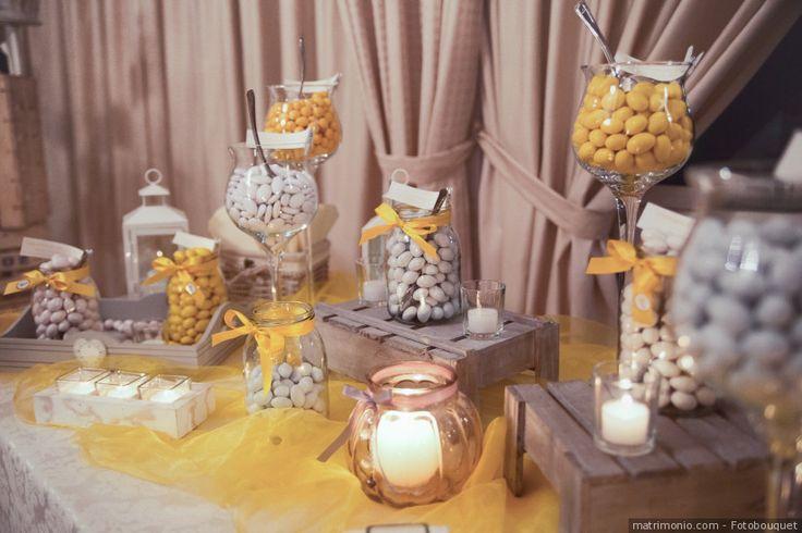 Angolo confettata con decorazioni in giallo per matrimonio