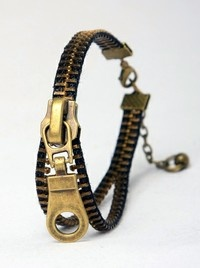 I love this cool bracelet, I don't know who, nor where it comes from  but, SO great!
