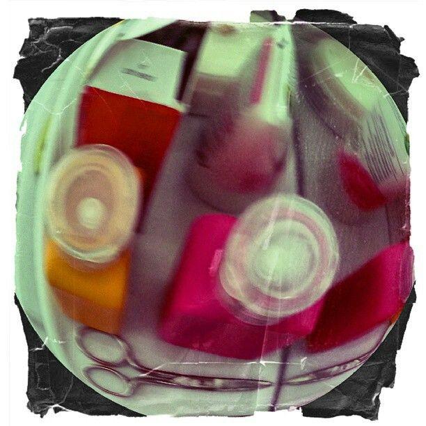 Toiletspullen voor de spiegel. ..digitale cirkel