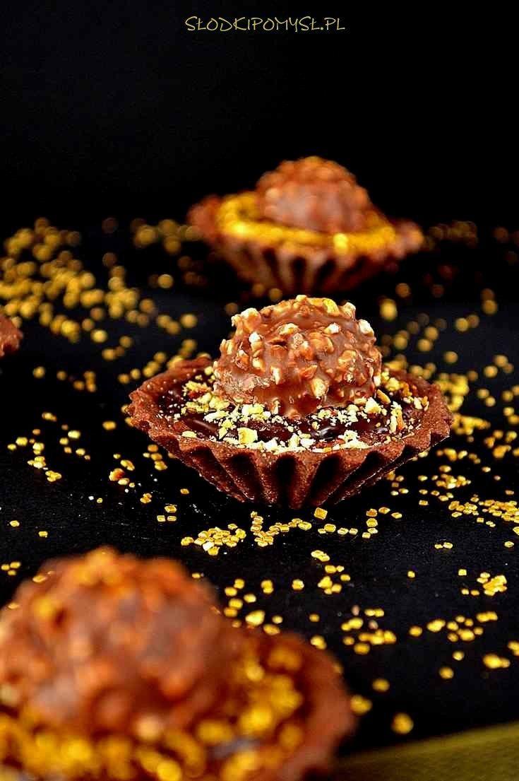 Tartaletki Rocher to pyszne, słodkie i czekoladowe kruche babeczki z kremem o smaku popularnych, czekolado-orzechowych pralinek Ferrero Rocher.