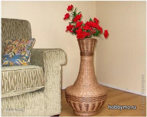 Напольная ваза из газетных палочек