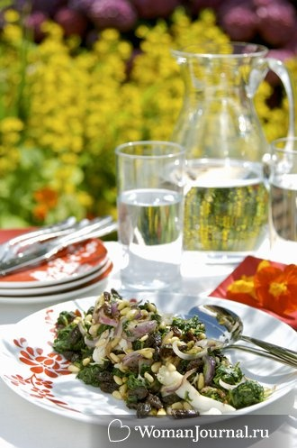 Теплый салат со шпинатом и кедровыми орешками