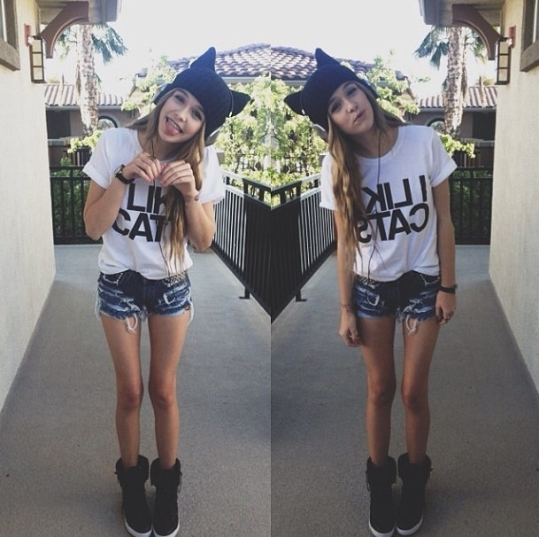 Does anyone think they can give me a of Acacia Clark's clothes? no? okay..