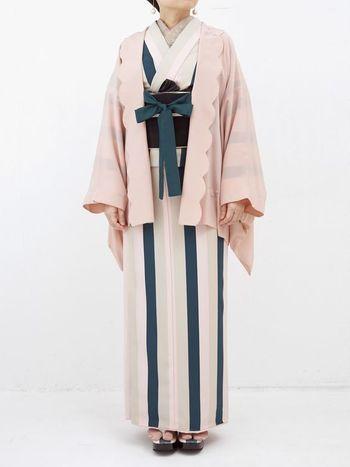 着姿をすっきりと見せてくれるストライプ柄の着物。ピンクのロマンチックな羽織りを合わせて、50'sのレディのように着こなすのがおすすめです。