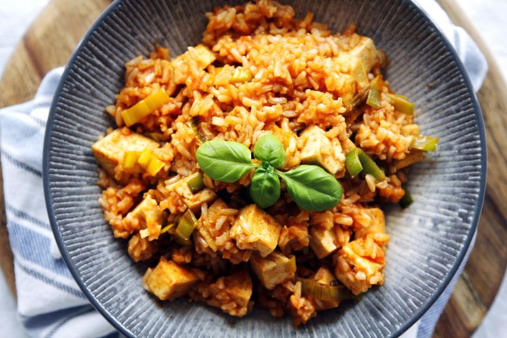 My favorite quick meal: 100 g brown rice (you can use millet, white rice, spelt, pasta…) 100 g natural or spiced tofu, cubed some chopped leek (or zucchini) 1-2 tbsp tomato...