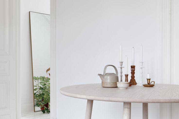 Der PROFILE TABLE ROUND von Stattmann Neue Möbel erweist sich als massiver Tisch im formschönen, runden Design als optischer Blickfang in der heimischen Küche und öffentlichen Cafés. Die natürlich-edle Maserung des Eschen- oder Eichenholzes wird durch die minimalistische Formgebung und klare Linenführung besonders schön in Szene gesetzt. Dank der warmen, lebendigen Ausstrahlung des Holzes verleiht der PROFILE TABLE jedem Wohnbereich eine angenehme Atmosphäre.