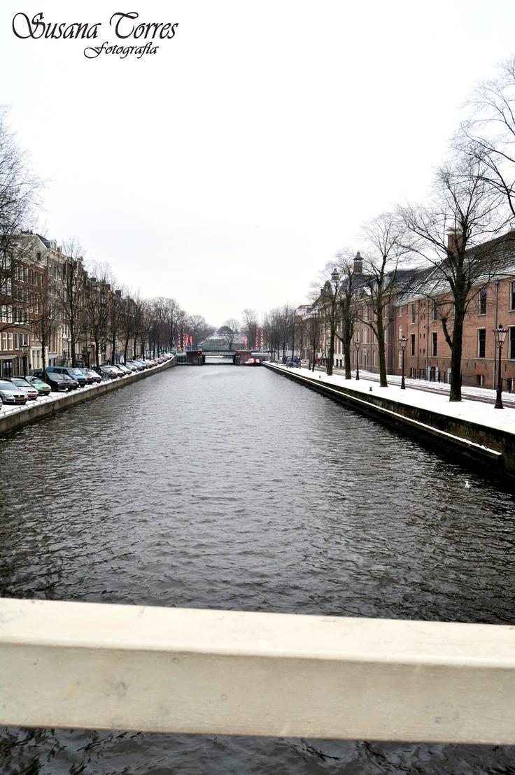 Uno de los tipicos canales de Amsterdam en invierno.