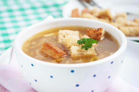 Das Rezept für die Appenzeller-Zwiebelsuppe mit Kümmel und Brotwürfelchen ist einfach schnell zubereitet und schmeckt als Vorspeise sehr fein.