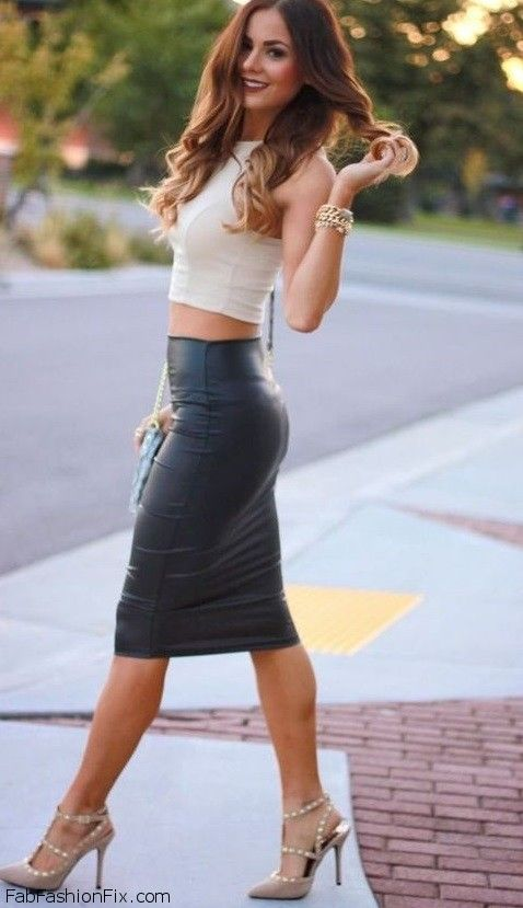Smouldering look with crop top and leather pencil skirt