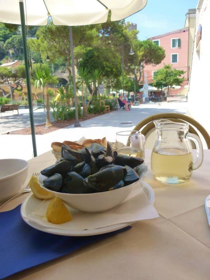 Lunch of fresh mussels. www.SimpleTravelDeals.com