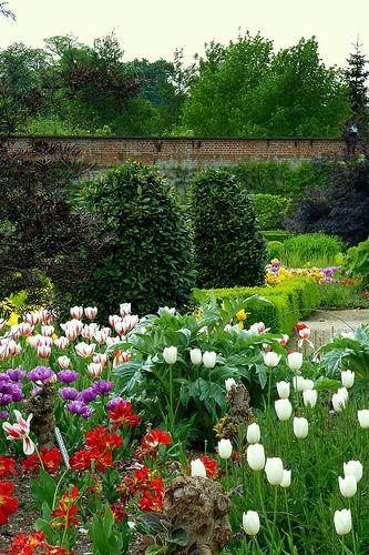 O velho jardim murado da entrada de Wimpole. Wimpole é uma casa de campo na freguesia de Wimpole, Cambridgshire, Inglaterra, Reino Unido.