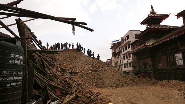 K největšímu vertikálnímu posunu zemského povrchu došlo jen necelých 20 kilometrů severovýchodně od Káthmándú. Proto také podle vědců otřesy tak vážně město poškodily.