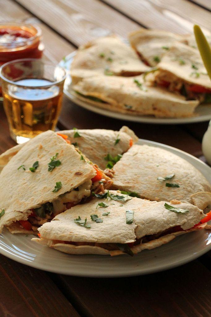 Αυτές οι quesadillas με κοτόπουλο, πιπεριές, μπέικον και τριμμένο ρεγκάτο είναι εύκολες, γρήγορες και υπερνόστιμες! Τις συνοδεύουμε με ξινή κρέμα και μπίρα!
