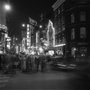 1954. A view of the Reguliersbreestraat in Amsterdam by night. On the left cafeteria Heck's Polaris, which was established in 1936. The main difference between Popularis and the larger Heck's Lunchroom at the Rembrandtplein was that at Popularis there was only self-serve and no seating. On the right movie theater Cineac. MAI Beeldbank. #amsterdam #1954 #Reguliersbreestraat
