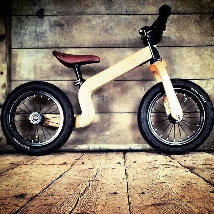 Das Holz-Laufrad Bonsai sorgt für leuchtende Kinderaugen!Das neueste Laufrad Bonsai 12 Zoll von Early Rider bietet alle Vorteile eines leichten Aluminium Fahrrads und führt Ihr Kind langsam und sicher an's Fahrradfahren heran.Produktmerkmale:Besonders leichtes und stabiles Holz-LaufradEmpfohlenes Alter: 1,5 - 3,5 JahreFührt Ihr Kind langsam an's Fahrradfahren hinStabil und sicher gebaut - Einschalige BauweiseCooles, witterungsbeständiges DesignFarben: Holz, SchwarzRahmengröße…