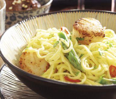 En underbart god skaldjursrätt finner du i denna citronlinguine med pilgrimsmusslor. Blanda ihop din nykokta pasta med en gräddig citrussås med vin, lök och sparris som får lite hetta av chili. Servera pastaröran toppad med mumsiga, stekta musslor.