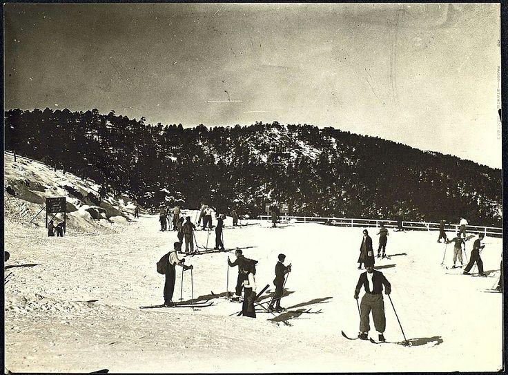 Esquiadores en el Puerto de Navacerrada. Madrid. Década de 1930. Autor: Tomás Prast.