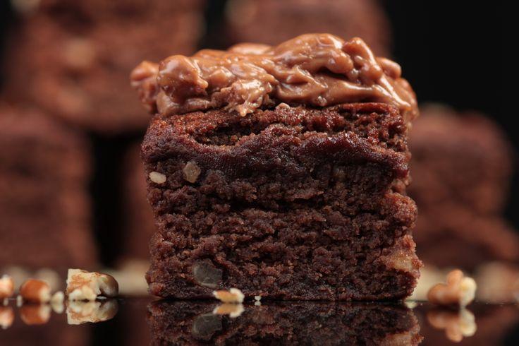 Deliciosa e irresistible receta de Sonia Arias para preparar brownies con chocolate amargo y nuez pecana. Pruébala es fácil de hacer y te encantará el resultado.